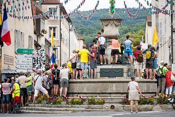 Toeschouwers bij de fontein van Leon van Bon