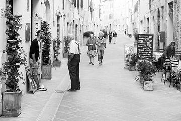 Toscaans tafereeltje: jong ontmoet oud van