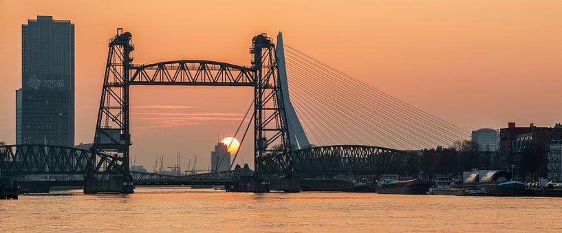 Sunset behind the Hef in Rotterdam van Ilya Korzelius