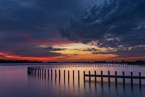 Reflectie van paaltjes tijdens zonsondergang van StephanvdLinde