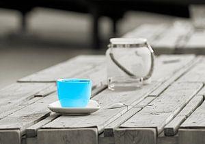 Tasse auf dem Tisch einer Strandbar in Magdeburg