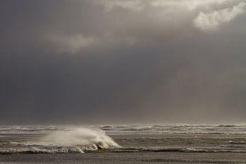 Leuchtende Wellen gegen dunkle Wolken von Menno van Duijn