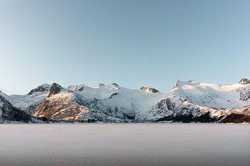 Bevroren meer met besneeuwde bergen | Lofoten, Noorwegen | Natuurfotografie print