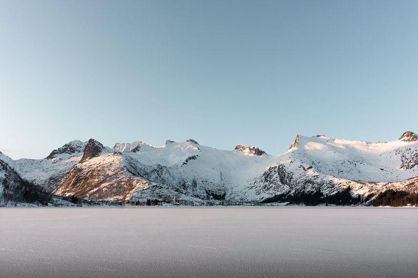 Bevroren meer met besneeuwde bergen | Lofoten, Noorwegen | Natuurfotografie print van Dylan gaat naar buiten