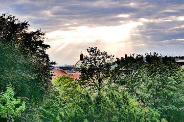 Prag - Durchbruch der Sonne von Wout van den Berg