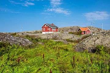 Uitzicht op de weerseilanden voor de stad Fjällbacka in Zweden van Rico Ködder