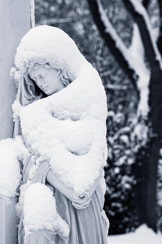 Grafmonument bedekt met sneeuw van
