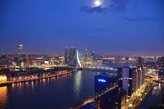 De Rotterdam en Erasmusbrug onder volle Maanlicht van  Marcel van Duinen