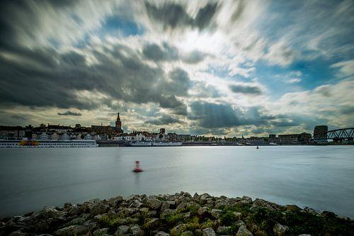 Nijmegen aan de Waal met een dreigende lucht