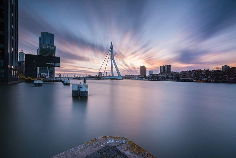 Zonsondergang bij de Erasmusbrug. van Ilya Korzelius