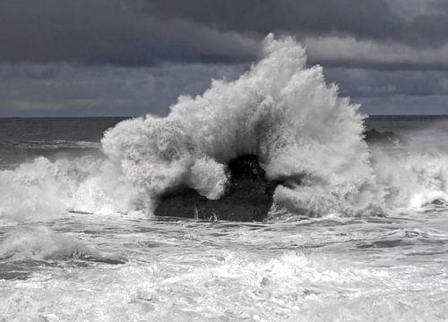 Grote golf raakt rots op Tenerife van Jutta Klassen
