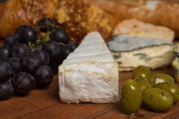 Een kaasplank met franse en engelse kaasjes van
