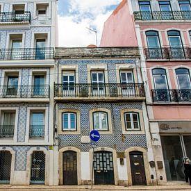 Huizen met Portugese tegeltjes in Lissabon van Reis Genie