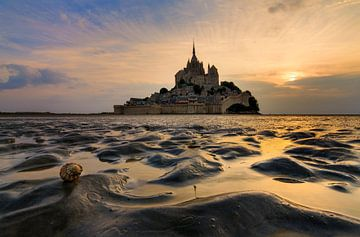 Mont Saint-Michel vanaf het wad tijdens laag water van Dennis van de Water