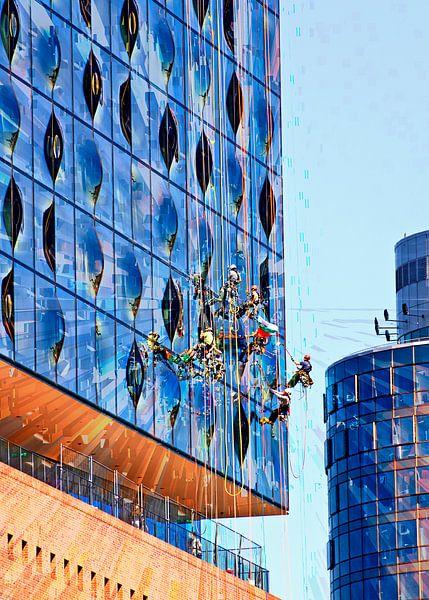 Fensterputzer an der Elbphilharmonie von Leopold Brix