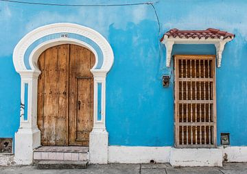Blaue Fassade eines alten Kolonialhauses in Cartagena, Kolumbien von WorldWidePhotoWeb