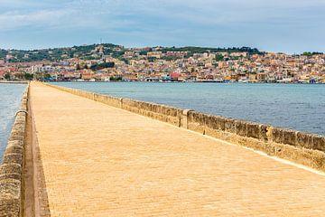 Griechische Stadt Port Argostoli mit gelbe Straße über eine Brücke sur Ben Schonewille