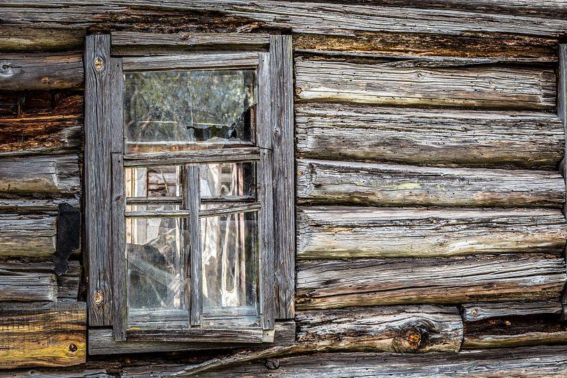 Holzhaus mit Fenster von Hilda Weges