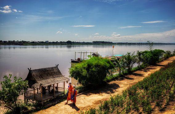Monniken langs de Mekong Rivier, Vientiane, Laos van Jaap van Lenthe