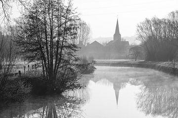 Mist over het water met een uitzicht op de kerk van Marcel Derweduwen
