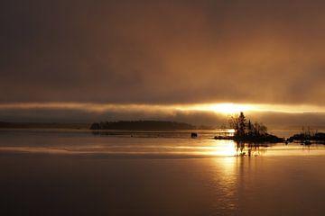 Zonsopkomst met gouden gloed.  von Marjon van Vuuren