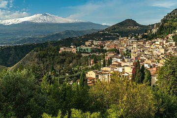 Taormina city view et le volcan de l'Etna, Sicile, Italie, Europe   Taormina city view et le volcan  sur Peter Schickert