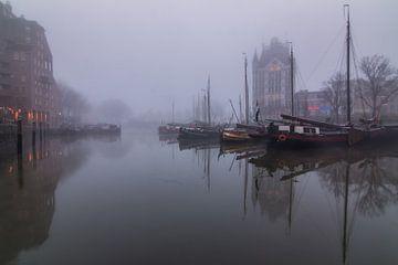 Oude haven Rotterdam in de mist. von Ilya Korzelius