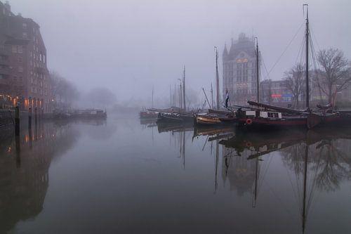 Oude haven Rotterdam in de mist. van