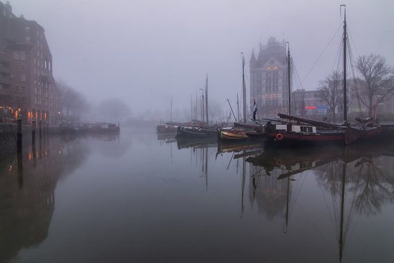 Oude haven Rotterdam in de mist.
