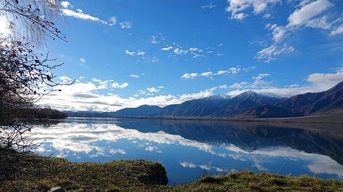 Bergen bij Lake Benmore in Nieuw Zeeland weerspiegelt in het water van