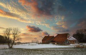 Das alte baufällige Bauernhaus im Winter