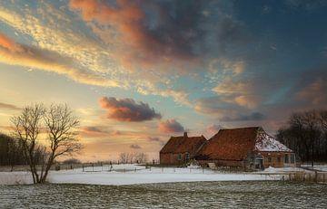 De oude vervallen boerderij in winter