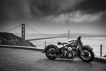 Motorfiets bij de golden gate brug in San Francisco van Atelier Liesjes