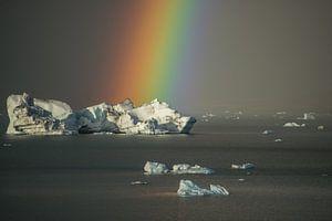 Regenboog bij het ijsbergenmeer, Jökulsárlón van