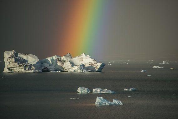 Regenboog bij het ijsbergenmeer, Jökulsárlón van Gerry van Roosmalen