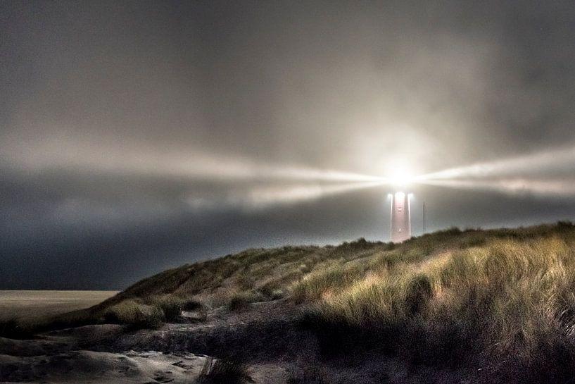 Licht in de storm, vuurtoren op Texel van Jolanda van Straaten