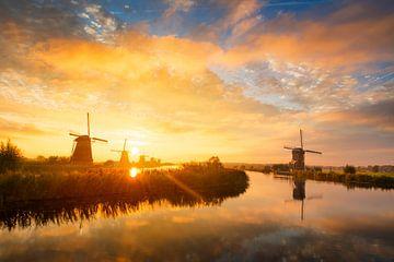 Sommermorgen Landschaft mit Windmühlen in Holland bei Sonnenaufgang von iPics Photography