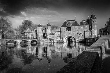 De koppelpoort van Amersfoort in het zwart wit. van Bart Ros