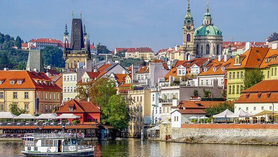 Uitzicht op Praag en de wijk Hradčany vanaf de Moldau van Arjan Schalken
