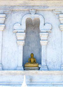 Gouden Boeddha in de nis van de witte stoepa, Sri Lanka van