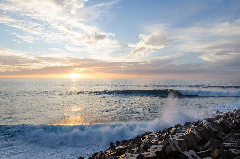 Golven bij zonsondergang van Bram van der Meer