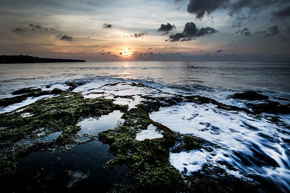 Ondergaande zon op Dreamland Beach Bali Indonesië van Willem Vernes