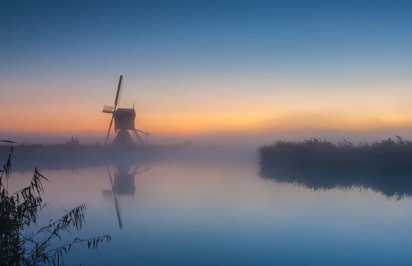 Misty sunrise at the windmill van Ilya Korzelius