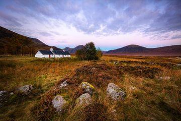 Het bekende witte huis in Glencoe  Schotland van Steven Dijkshoorn
