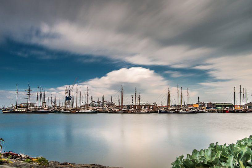 Uitzicht op de haven van Harlingen van Harrie Muis