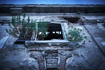 overwoekerd raam van verlaten hotel van Karel Ham