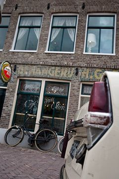 Ouderwets café met fiets en DAF von Arthur van Iterson