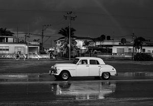 Klassieke auto in Varadero Cuba in de regen van Maurits van Hout