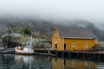 Typisches Fischerdorf auf den Lofoten. von Axel Weidner