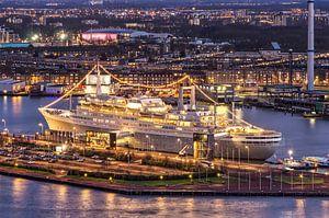 SS Rotterdam bij avond van